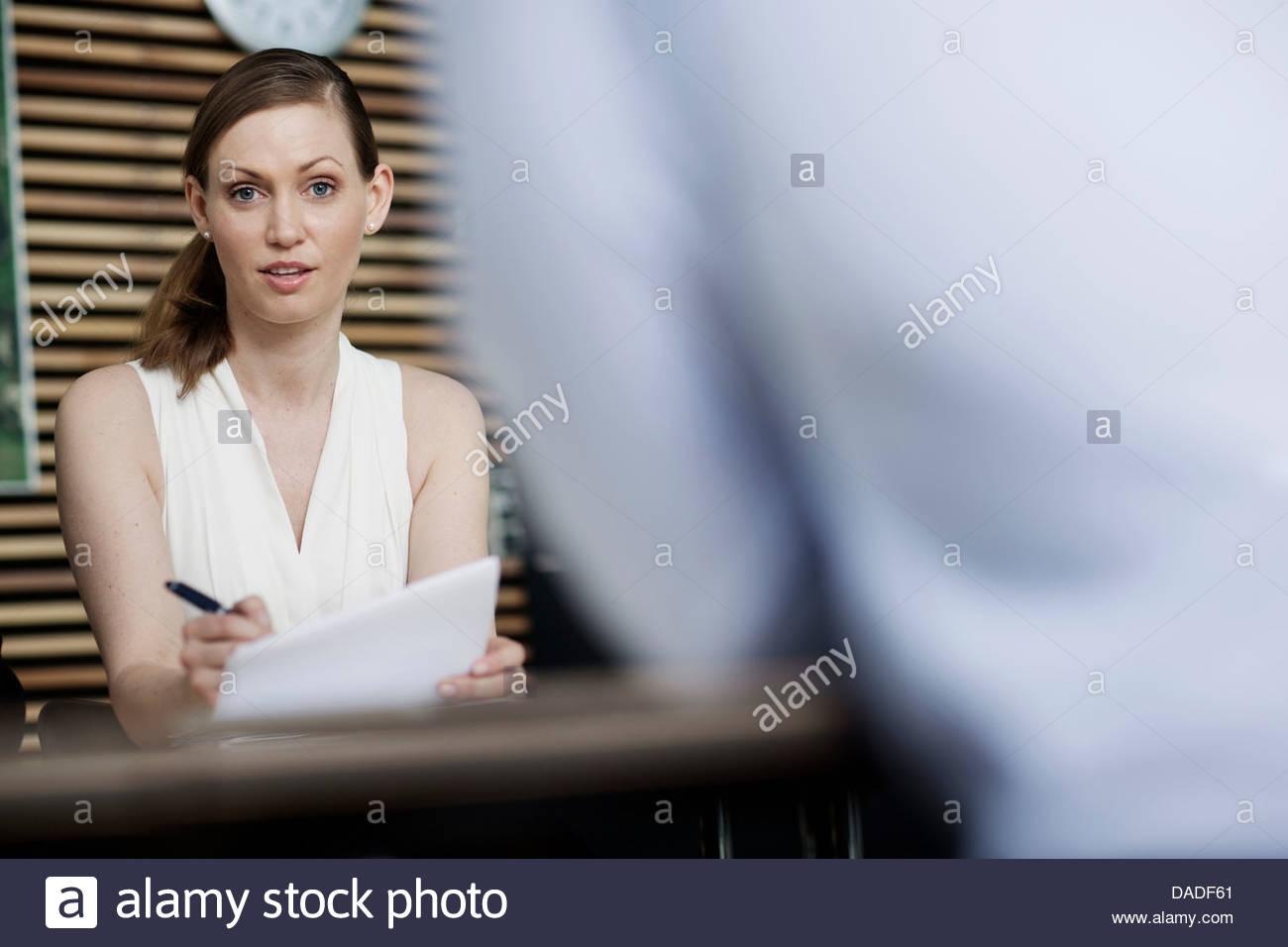 Donna che guarda la fotocamera Immagini Stock
