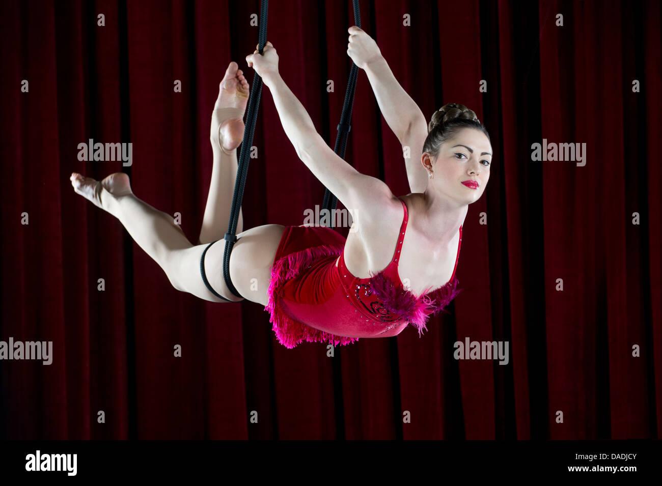 Studio shot di trapezista femmina bilanciato sulla fune Immagini Stock