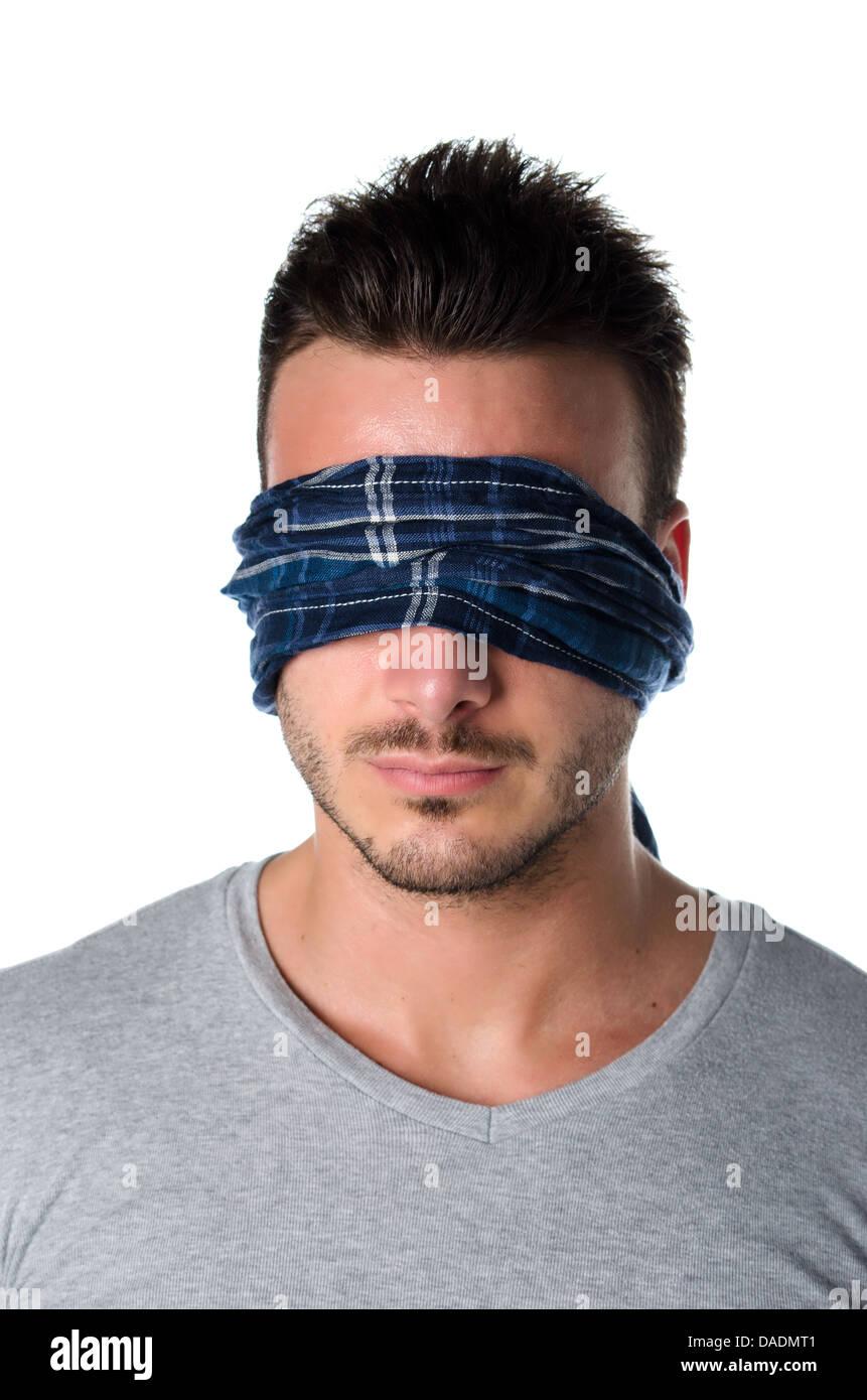 Belli gli occhi bendati giovane uomo con gli occhi coperti. Concetto di confusione, problema, sfida, perdendo a Immagini Stock