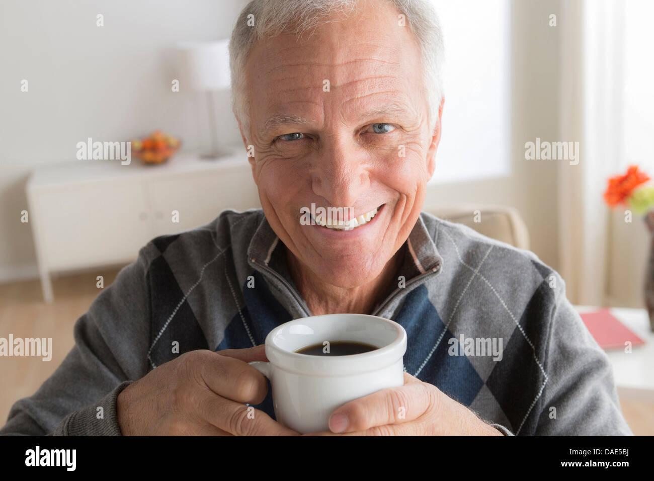 Senior uomo con tazza di caffè Immagini Stock