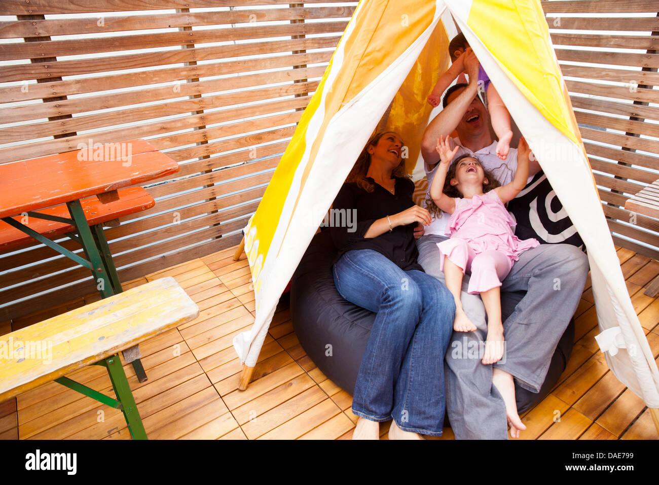 Famiglia giocando in tenda Immagini Stock