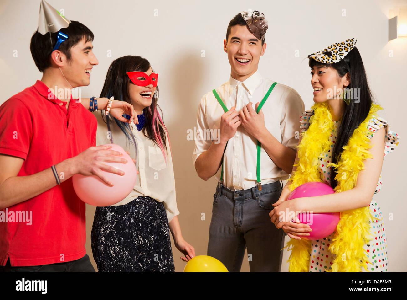 Gli amici a una festa con palloncini, studio shot Immagini Stock