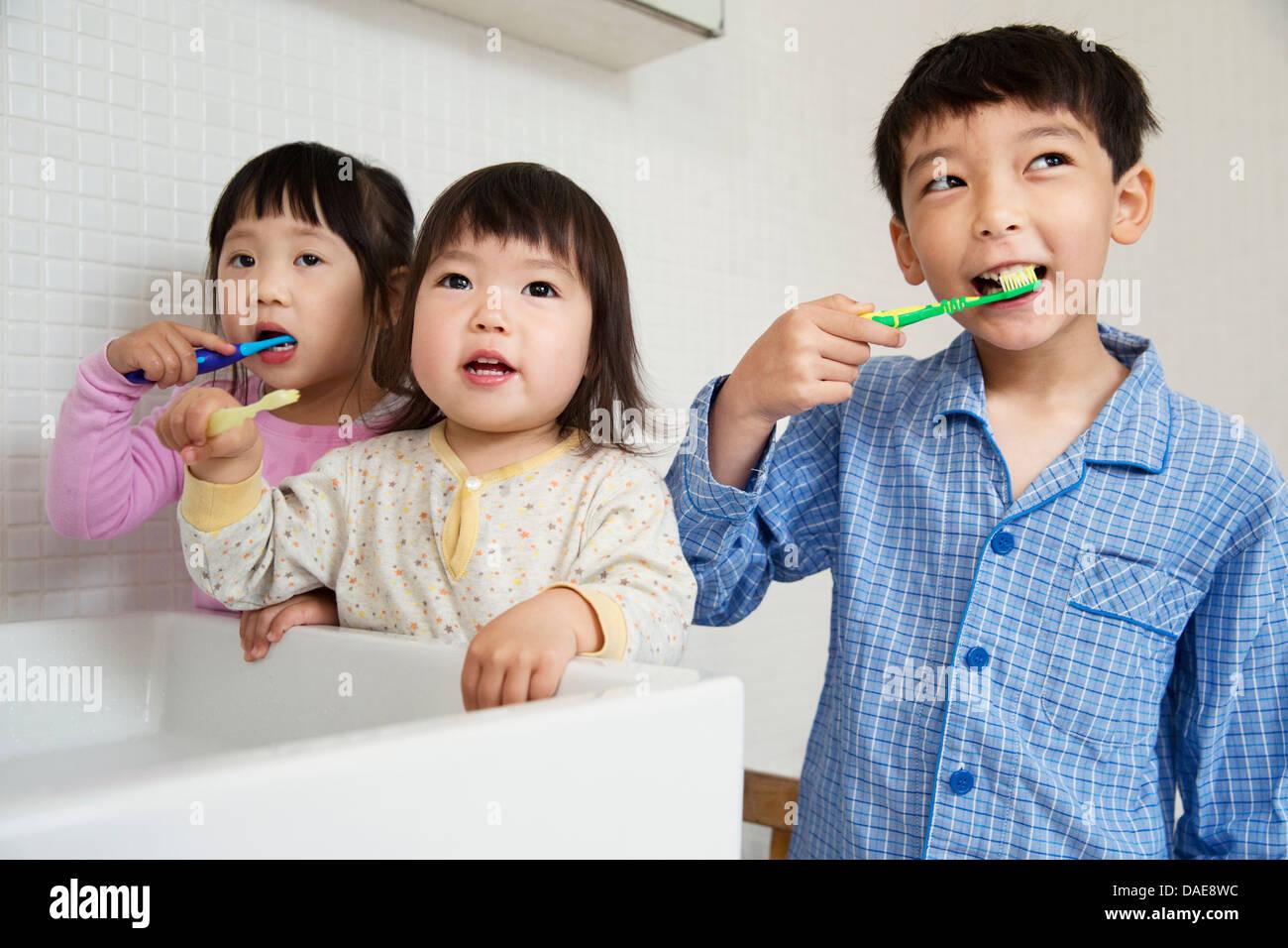 Fratelli e sorelle la pulizia dei denti Immagini Stock