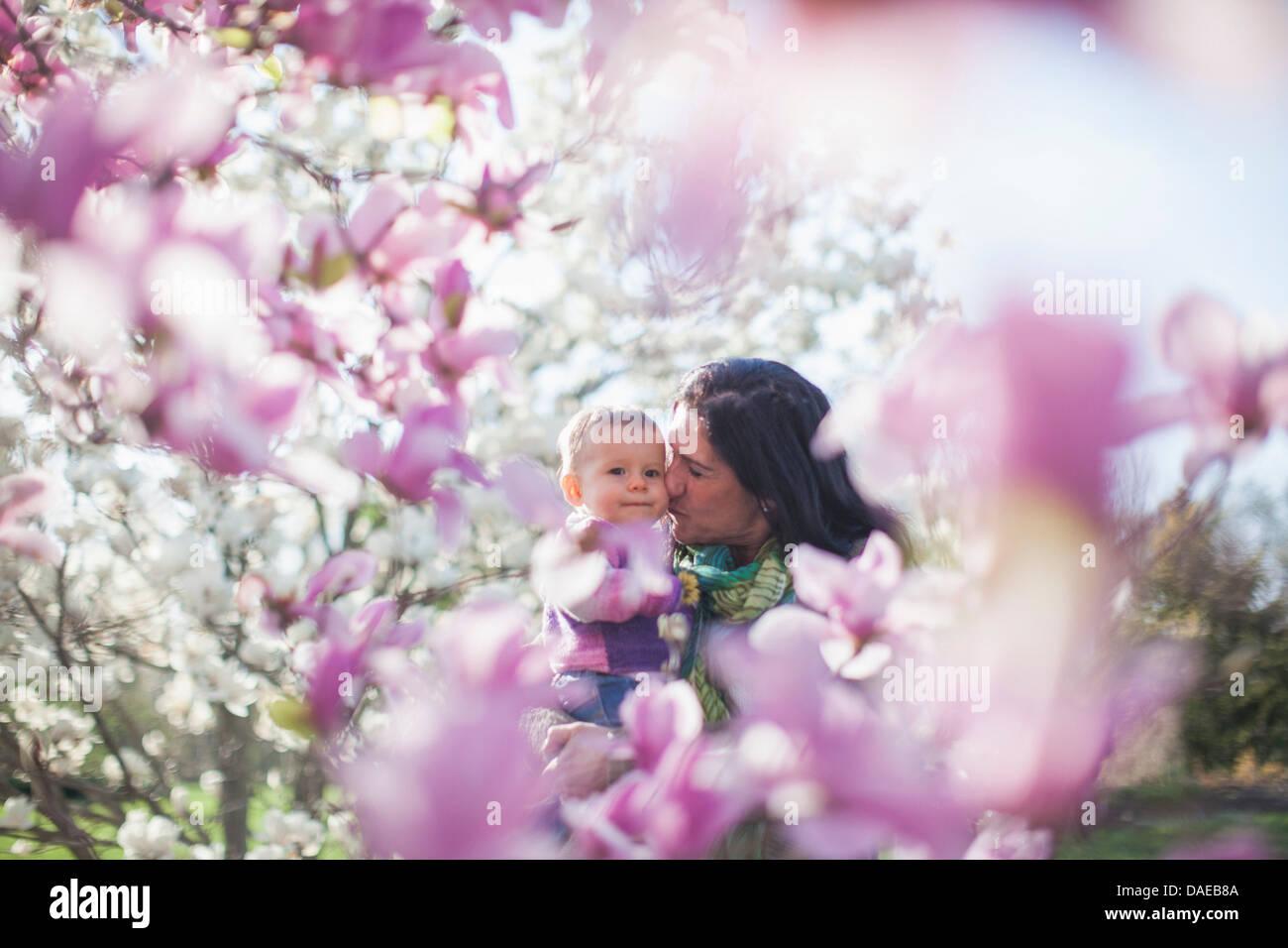 La nipote e nonna tra magnolia blossom Immagini Stock