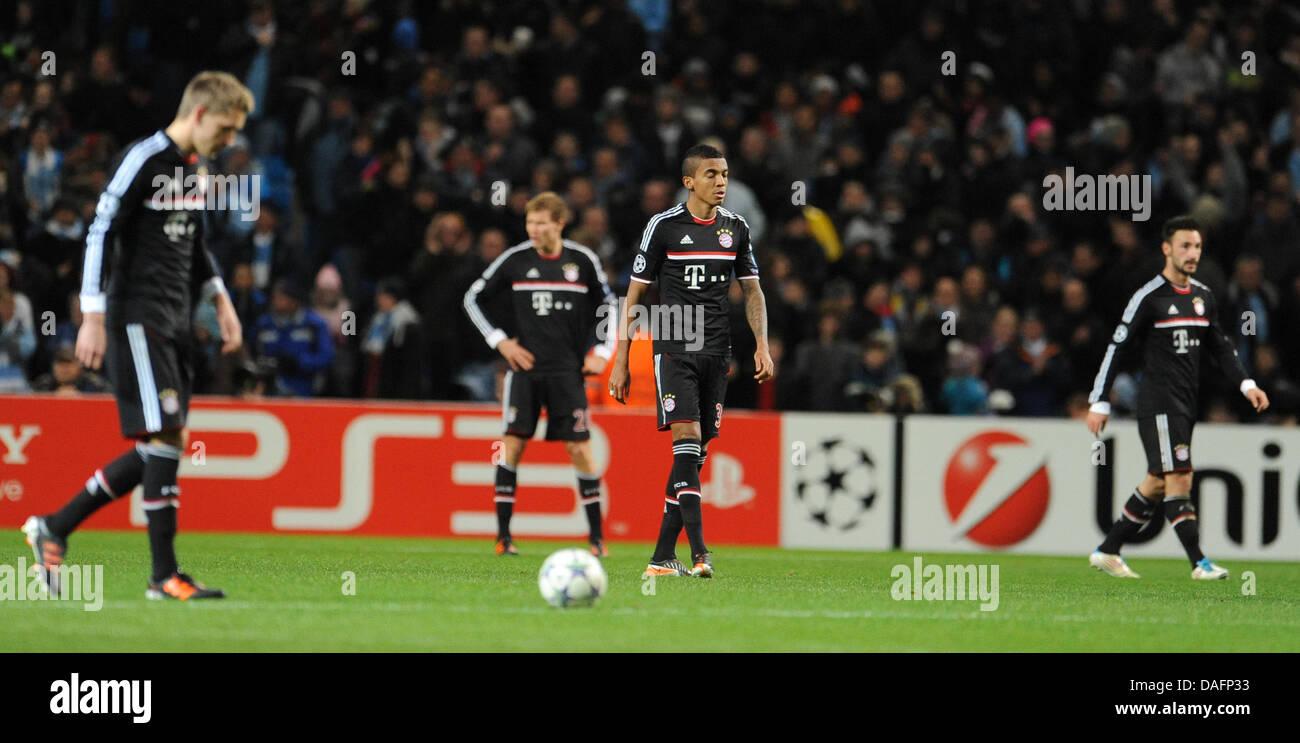 Il Bayern i giocatori di Luiz Gustavo (2-R) e Diego Contento (R) sono deluso dopo Manchester il secondo obiettivo Immagini Stock