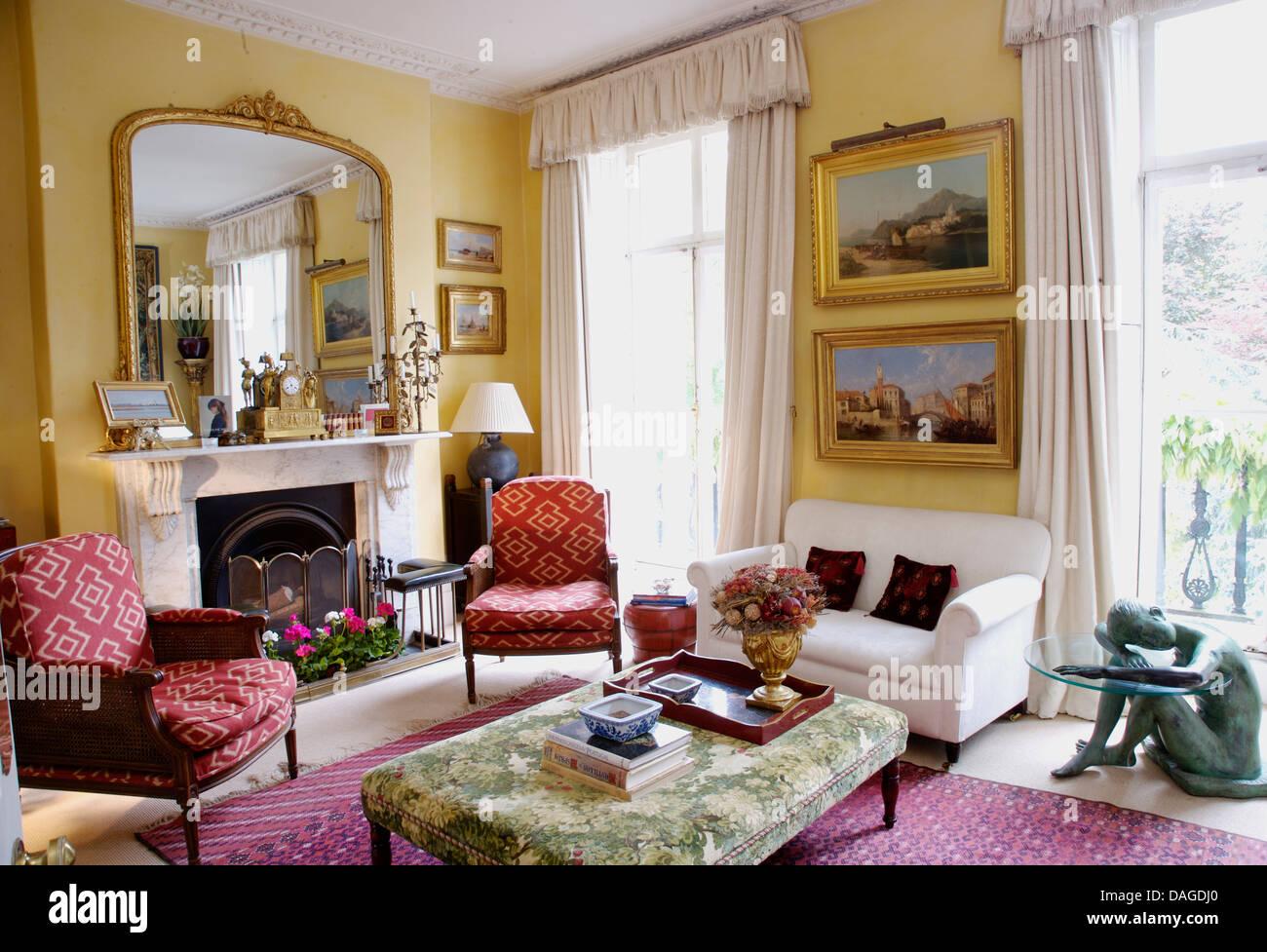 Grandi antichi dorato specchio sopra il camino in casa di for Salotto con camino arredamento