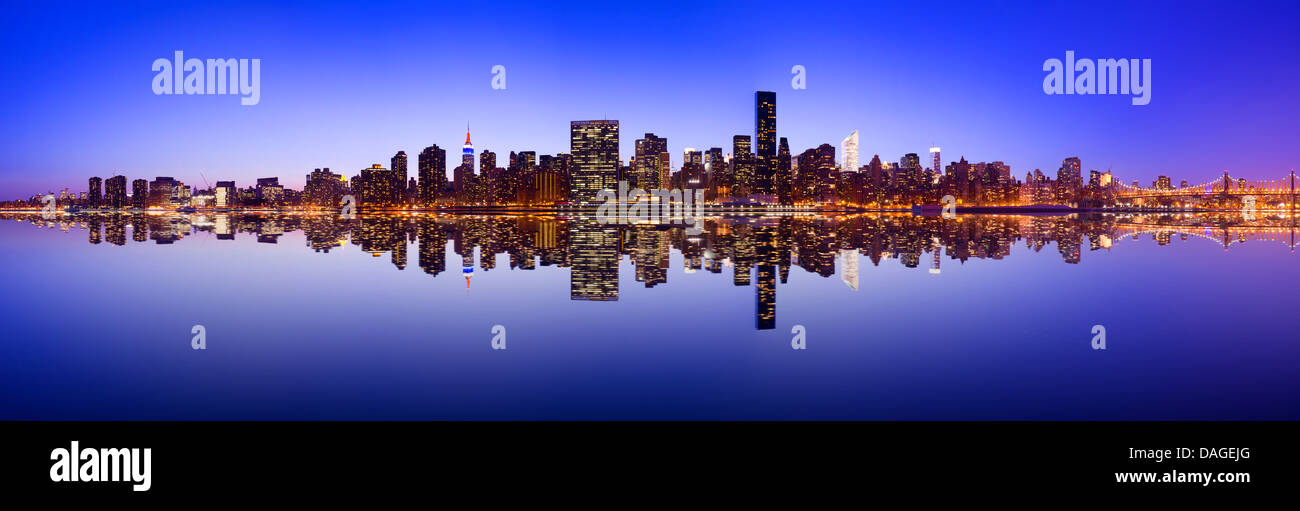 Midtown skyline di Manhattan in tutta l'East River in New York City. Immagini Stock