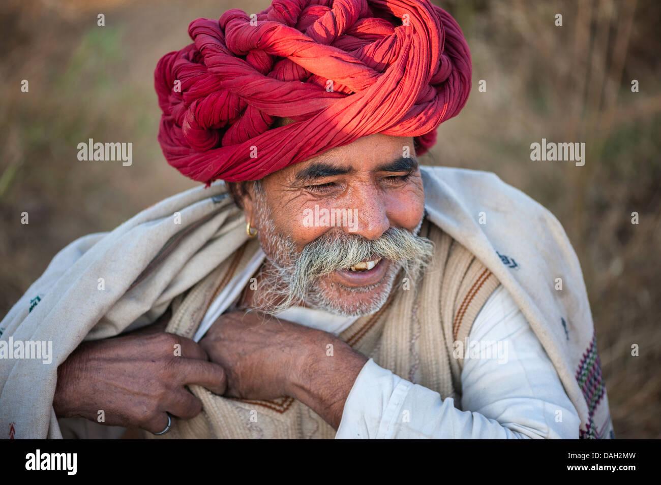 Rajput uomo trades cammelli a Pushkar presso il festival annuale, Rajasthan, India. Immagini Stock