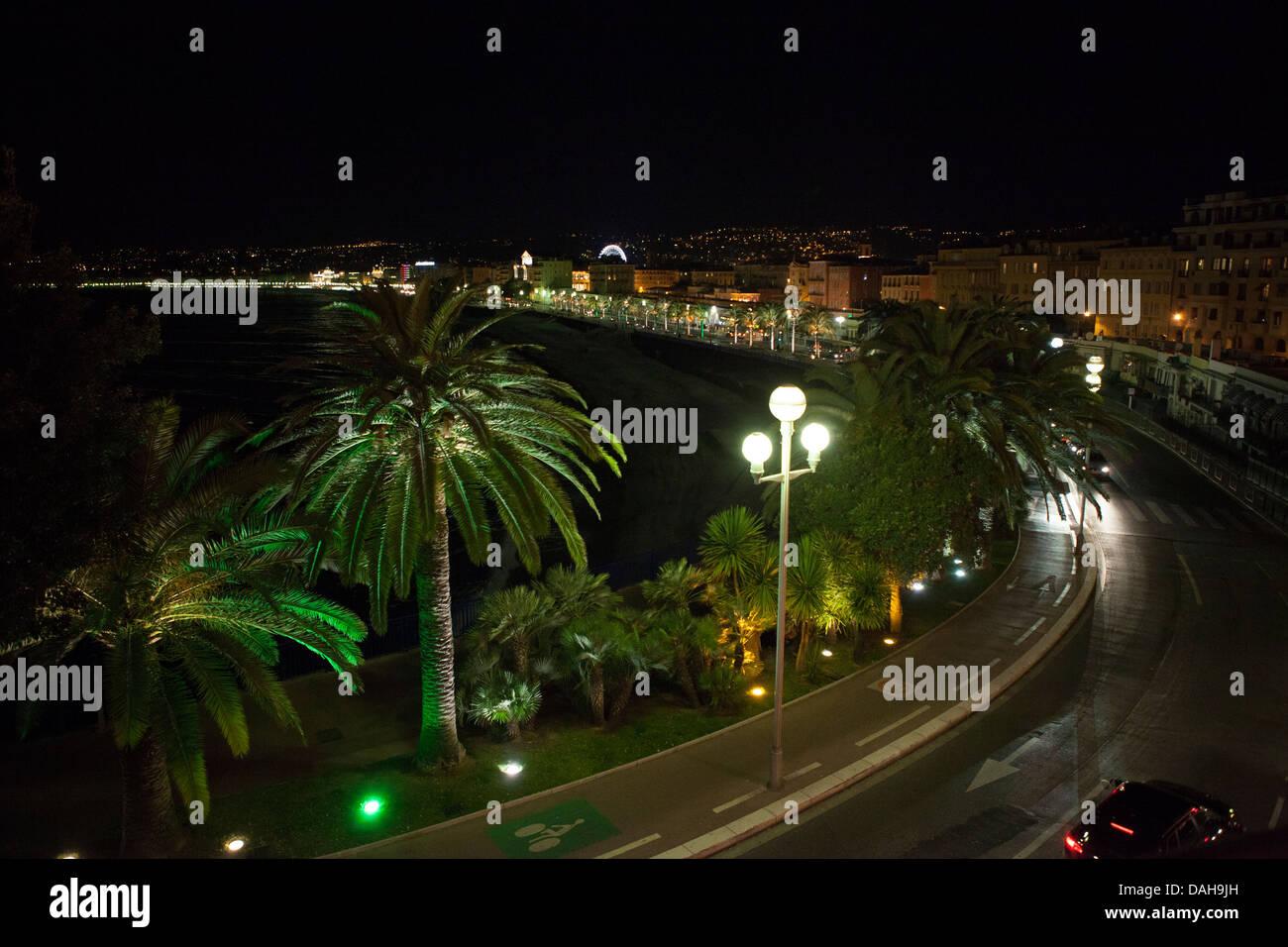 Spiaggia di notte forma sopra. Alberi di palma. Promenade des Anglais, Nice, Francia. Immagini Stock