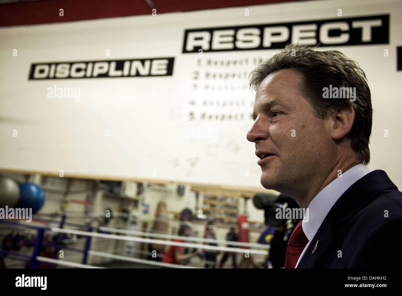 Il vice primo ministro Nick Clegg in visita a Manchester il pugilato palestra Immagini Stock