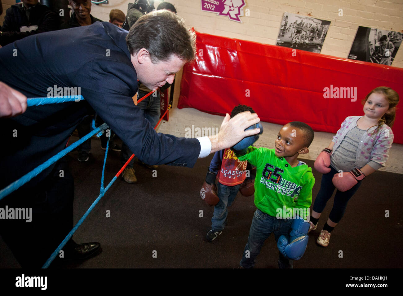 Il vice primo ministro Nick Clegg con un bambino bambini kids Immagini Stock