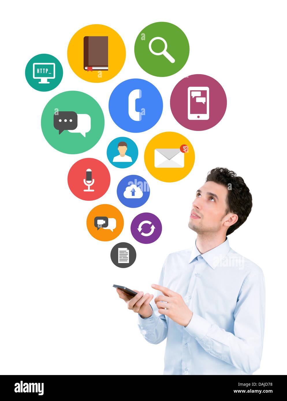 Uomo con smartphone e cercando su mobili colorati delle icone delle applicazioni sulla comunicazione e connessione Immagini Stock
