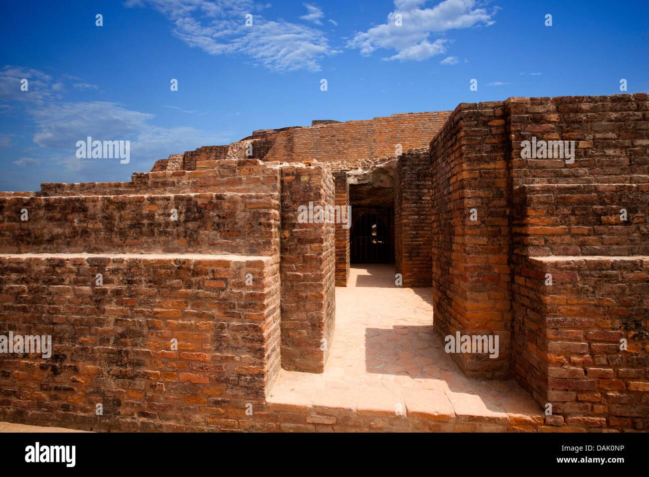 Le rovine di una grotta in un sito archeologico, Angulimal Gufa (Pakki Kuti), Shravasti, Uttar Pradesh, India Immagini Stock