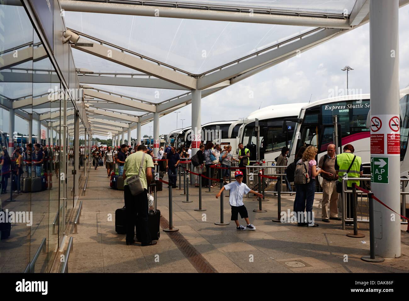 Autobus e pullman di arresto del trasferimento dall'Aeroporto stansted di Londra Essex, Inghilterra, Regno Unito Foto Stock