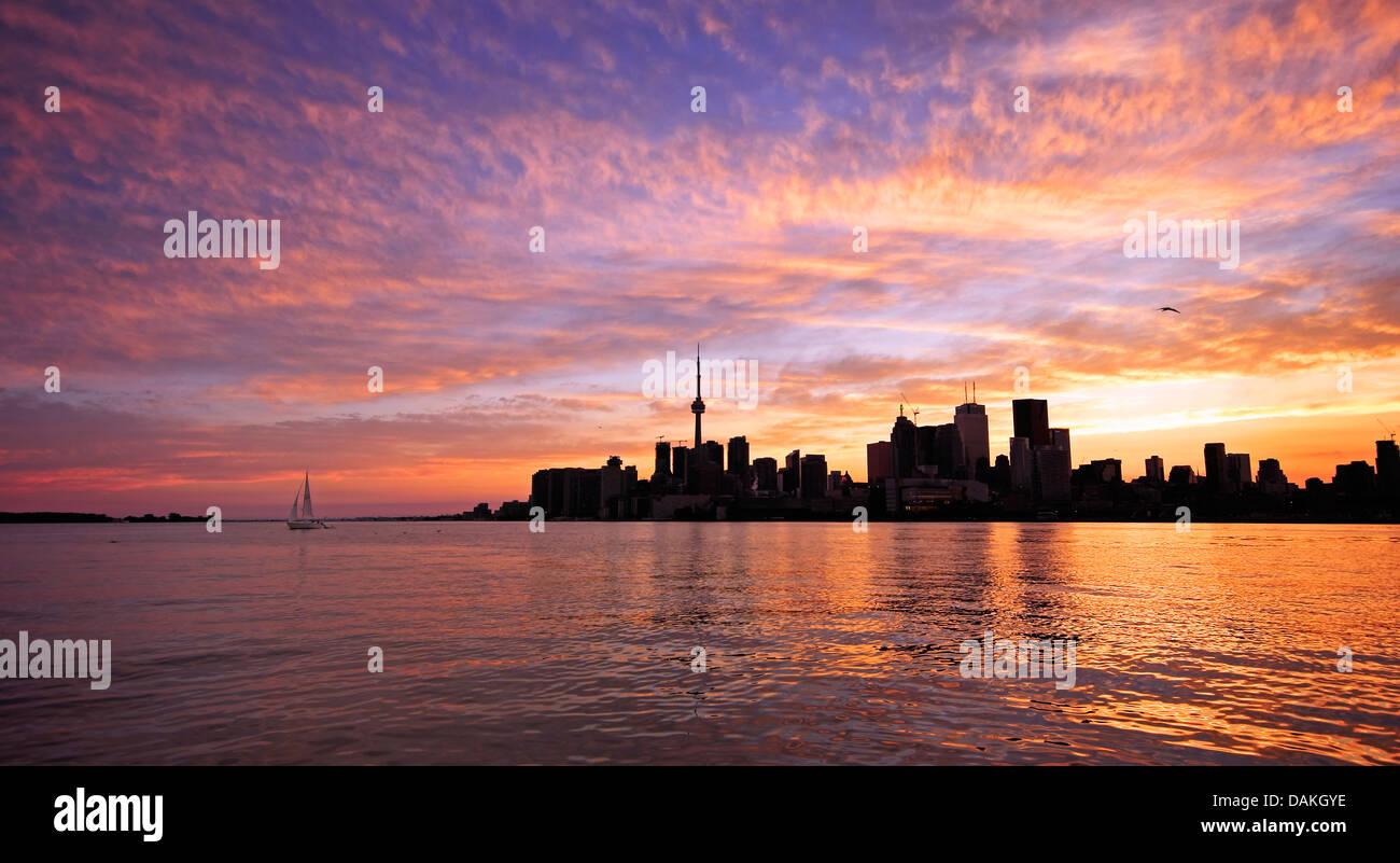 Toronto skyline lungo il porto al tramonto Immagini Stock