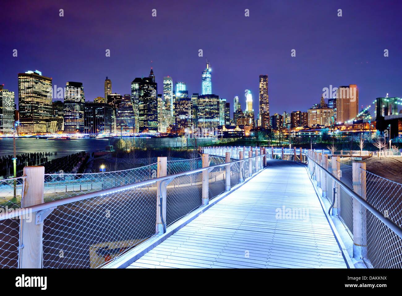 La parte inferiore di Manhattan skyline visto da Brooklyn a New York City. Immagini Stock
