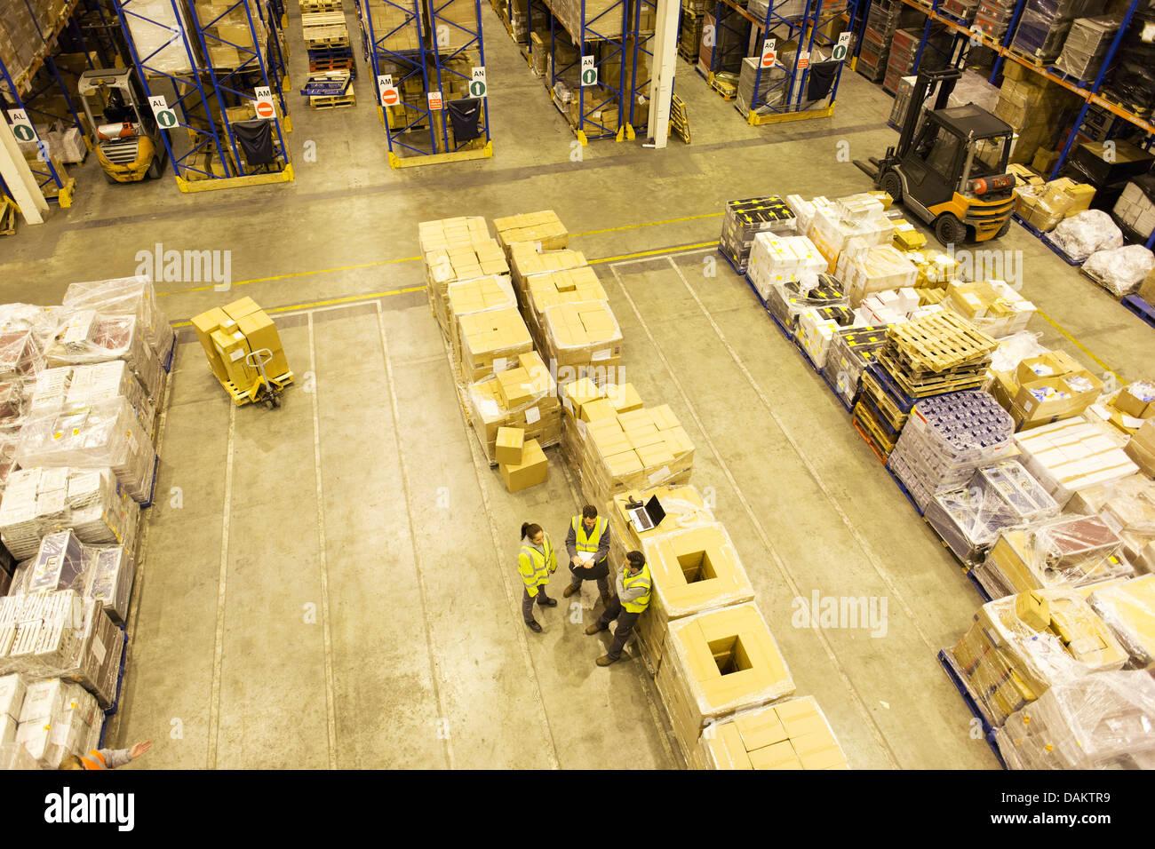 I lavoratori parlano in magazzino Foto Stock