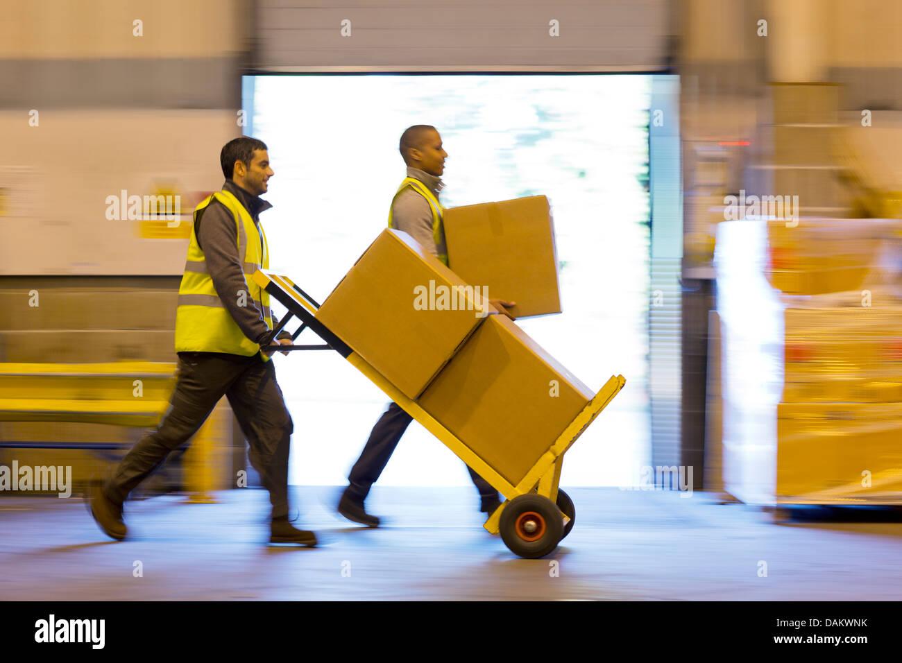 Lavoratori scatole per il karting in magazzino Foto Stock