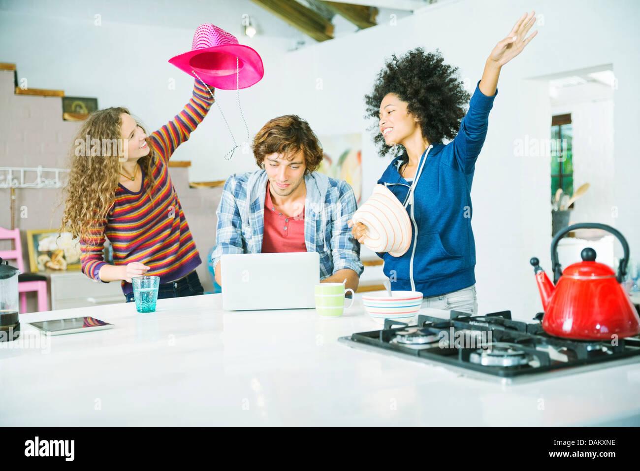 Amici a giocare in cucina Immagini Stock