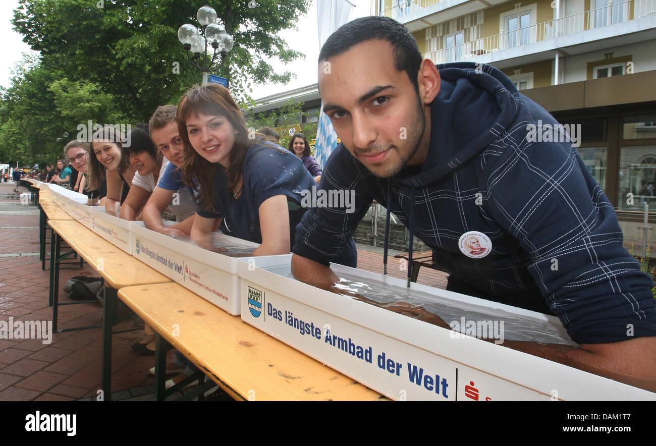 Jeans Vasca Da Bagno : Bagno di alunni le loro armi in vasche colme d acqua nella zona