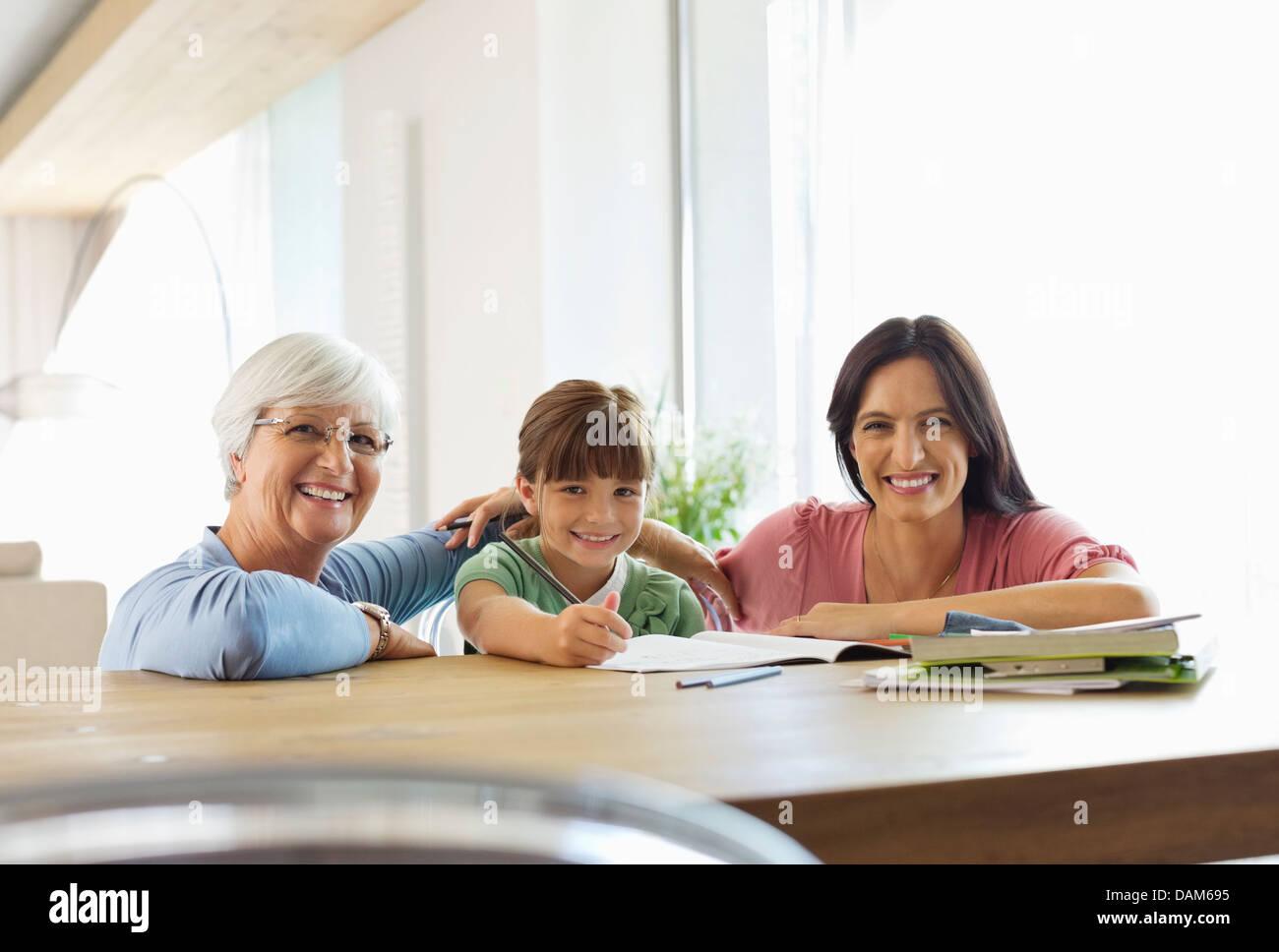 Tre generazioni di donne che svolgono compiti Foto Stock