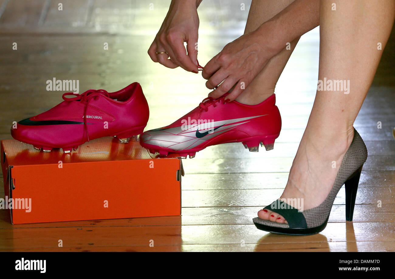 Una donna cerca sul tacco alto pompe e di scarpe da calcio a shoestore a  Berlino (Germania) 2e22cbc6ef4