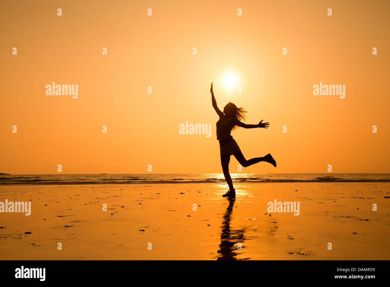 Silhouette astratta di felice giovane ragazza di salto, vita sana Immagini Stock