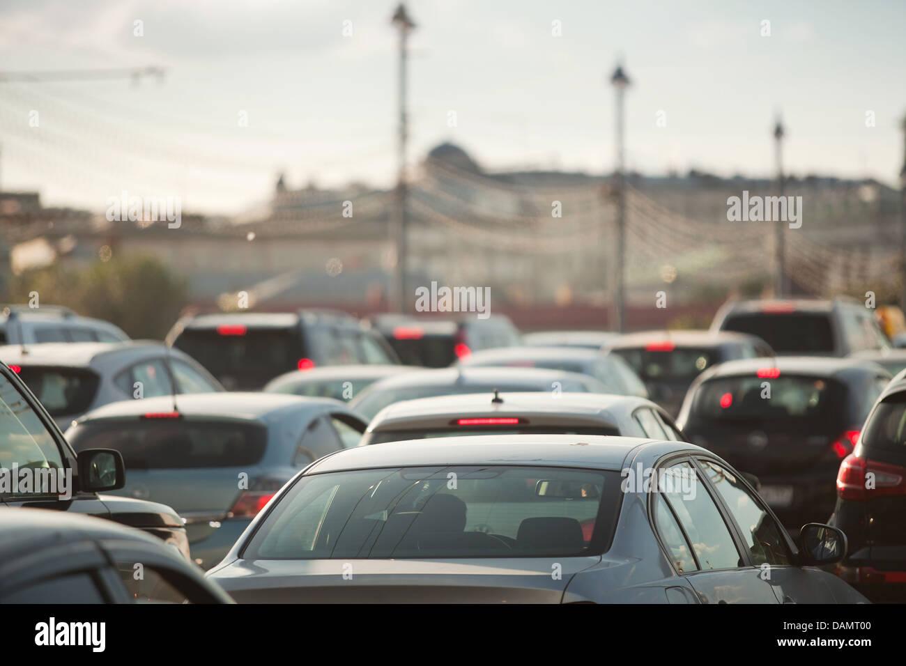 Automobili nel traffico in una città durante le ore di punta Immagini Stock