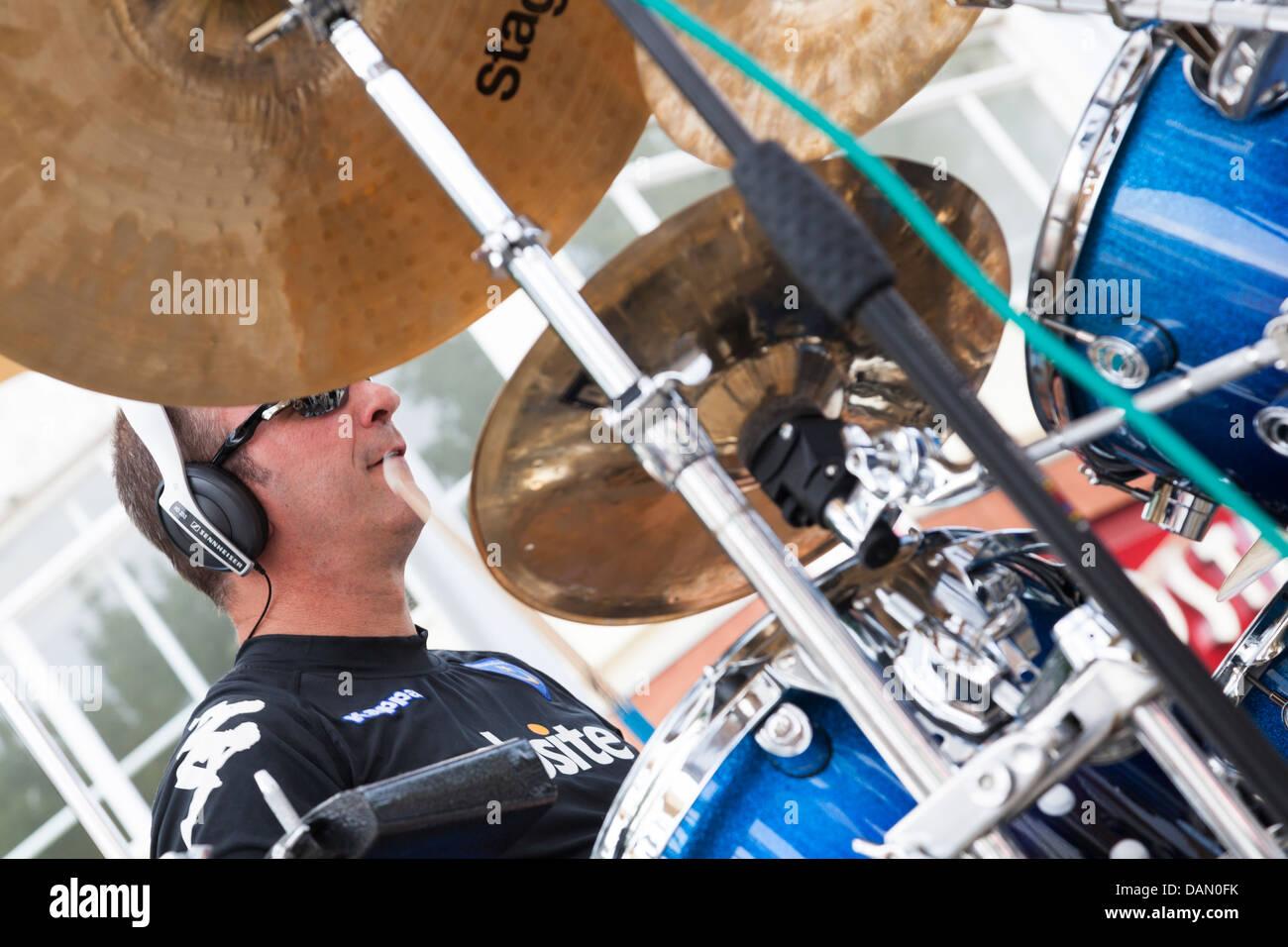 Il batterista dietro i simboli e i tamburi Immagini Stock