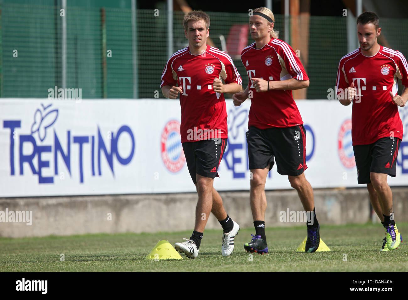 I giocatori del FC Bayern Monaco Bastian Philipp Lahm, Anatoli Timoschtschuk e Diego Contento corrono attraverso Immagini Stock
