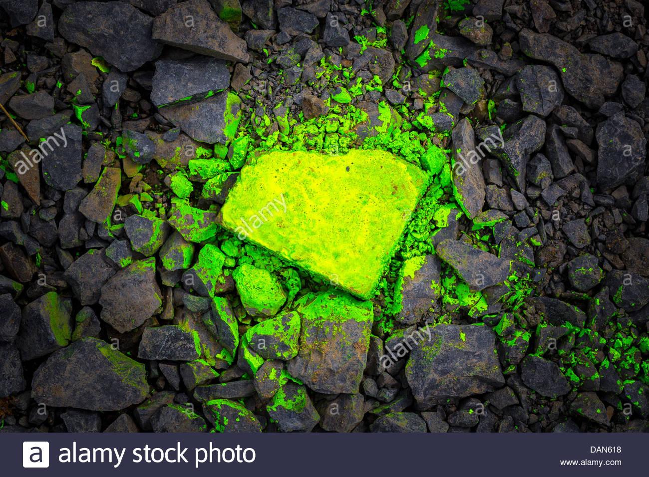 Germania, giallo spruzzato graffiti sulle pietre di basalto Immagini Stock