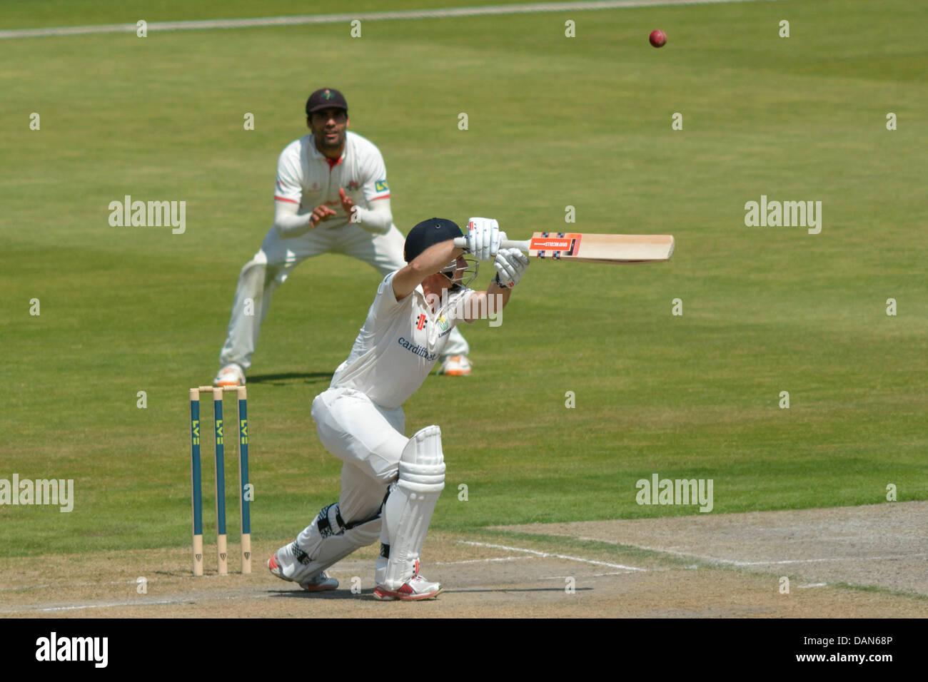 Manchester, Regno Unito. 16 Luglio, 2013. Mark Wallace (Glamorgan) bordi la palla oltre lo slittamento fielder il Immagini Stock