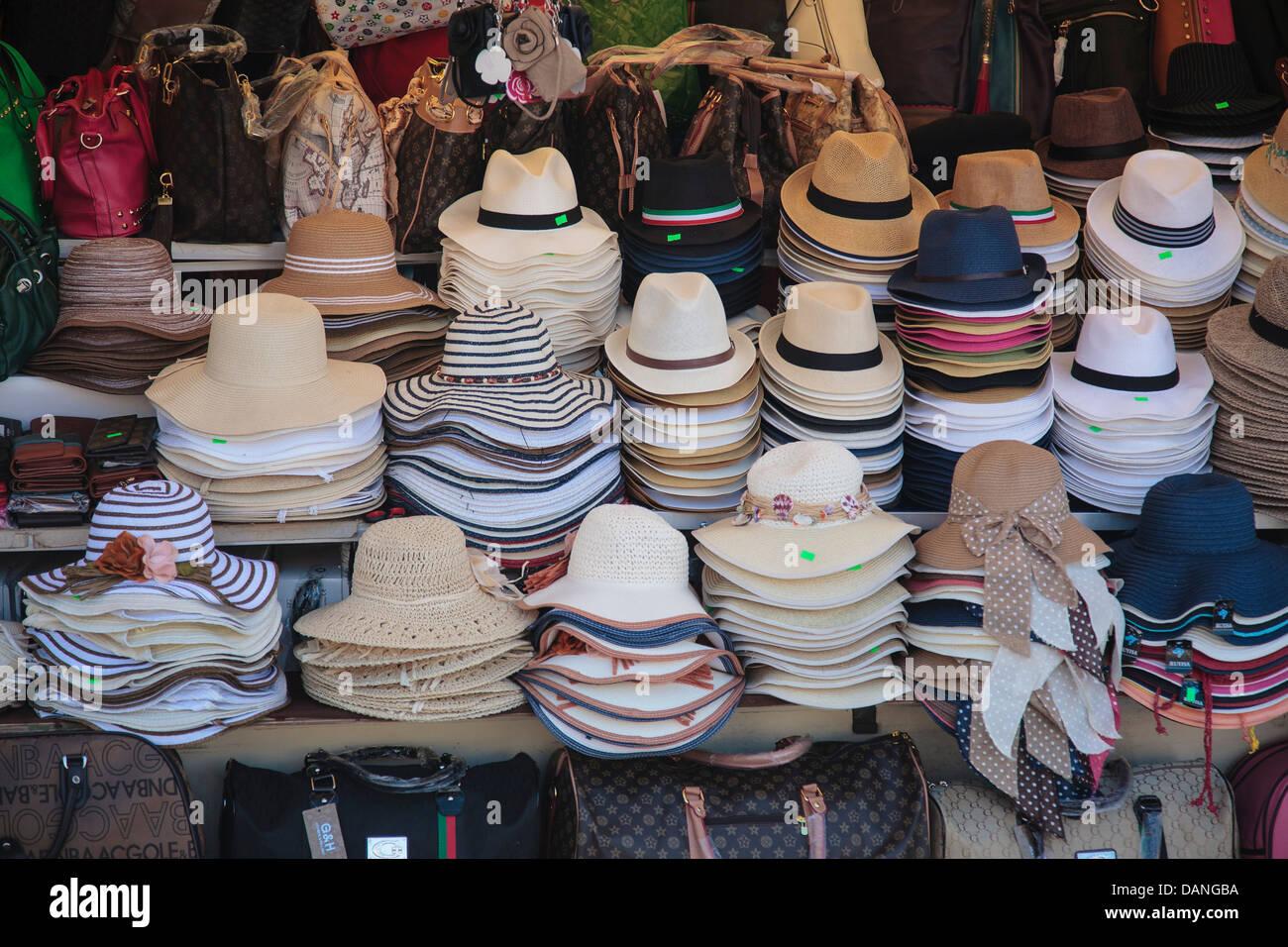 Una selezione di cappelli a buon mercato e fake sacchetti per la vendita in  Italia a Roma. 5098b354dd21