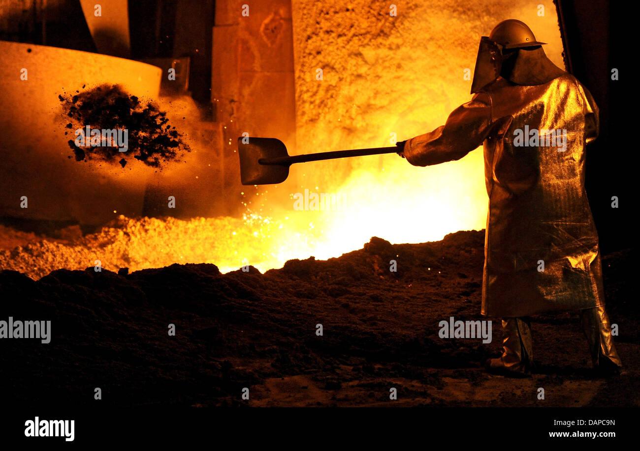 (Dpa) file - Un dipendente di Salzgitter badili sabbia in un flusso di acqua calda rubare presso l'impianto Immagini Stock