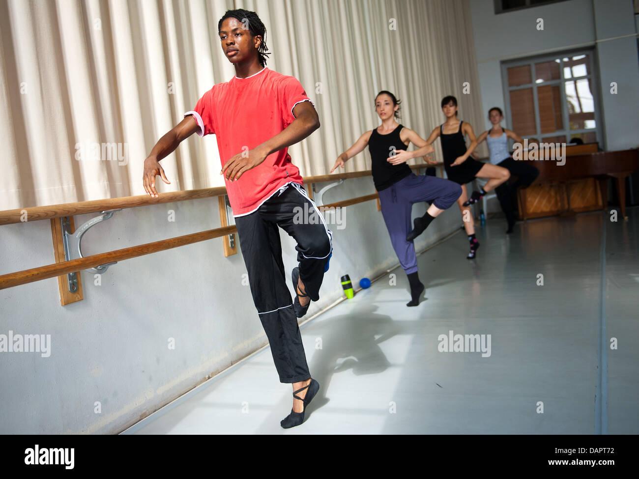 Ballerina Jamie Mejeh pratiche con la Saar Teatro di Stato-basato Donlon Dance Company di Saarbruecken, Germania, Immagini Stock