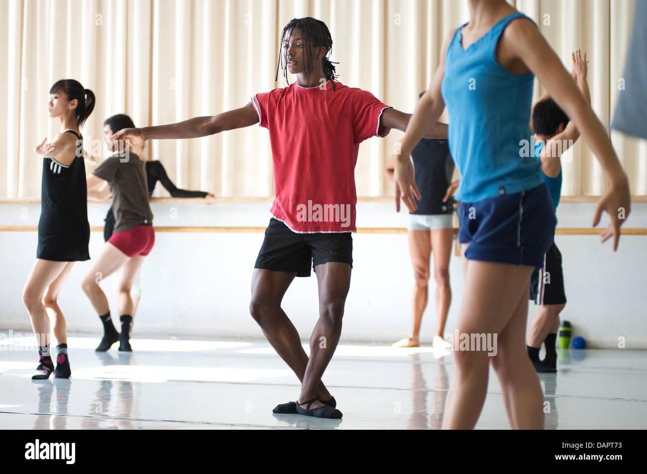 Ballerina Jamie Mejeh (M) pratiche con il Saarland Teatro di Stato-basato Donlon Dance Company di Saarbruecken, Immagini Stock