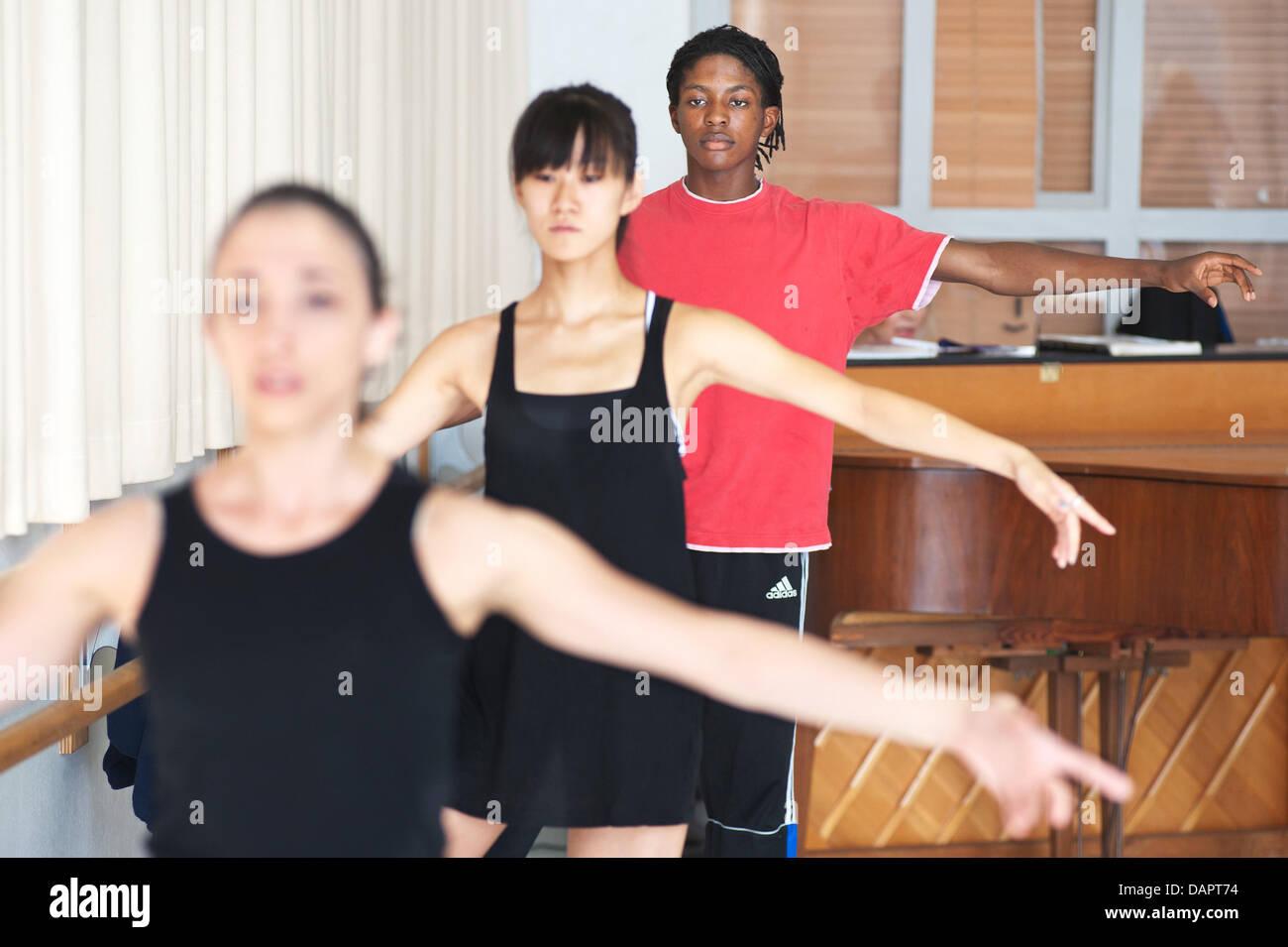 Ballerina Jamie Mejeh (retro) pratiche con il Saarland Teatro di Stato-basato Donlon Dance Company di Saarbruecken, Immagini Stock