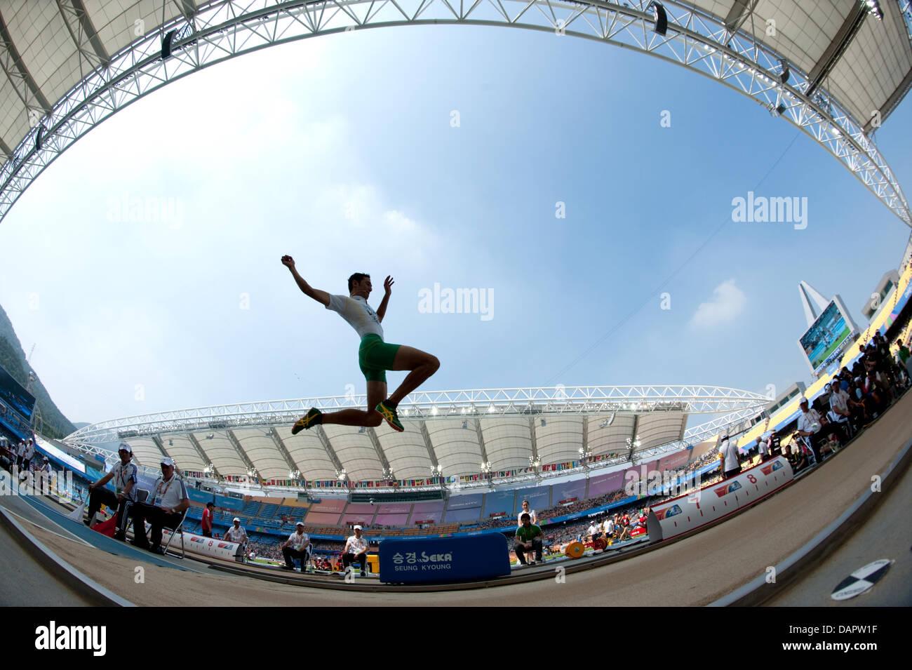Fabrice Lapierre dall Australia compete in Uomini Salto in lungo Qualification al tredicesimo IAAF Campionati del Immagini Stock