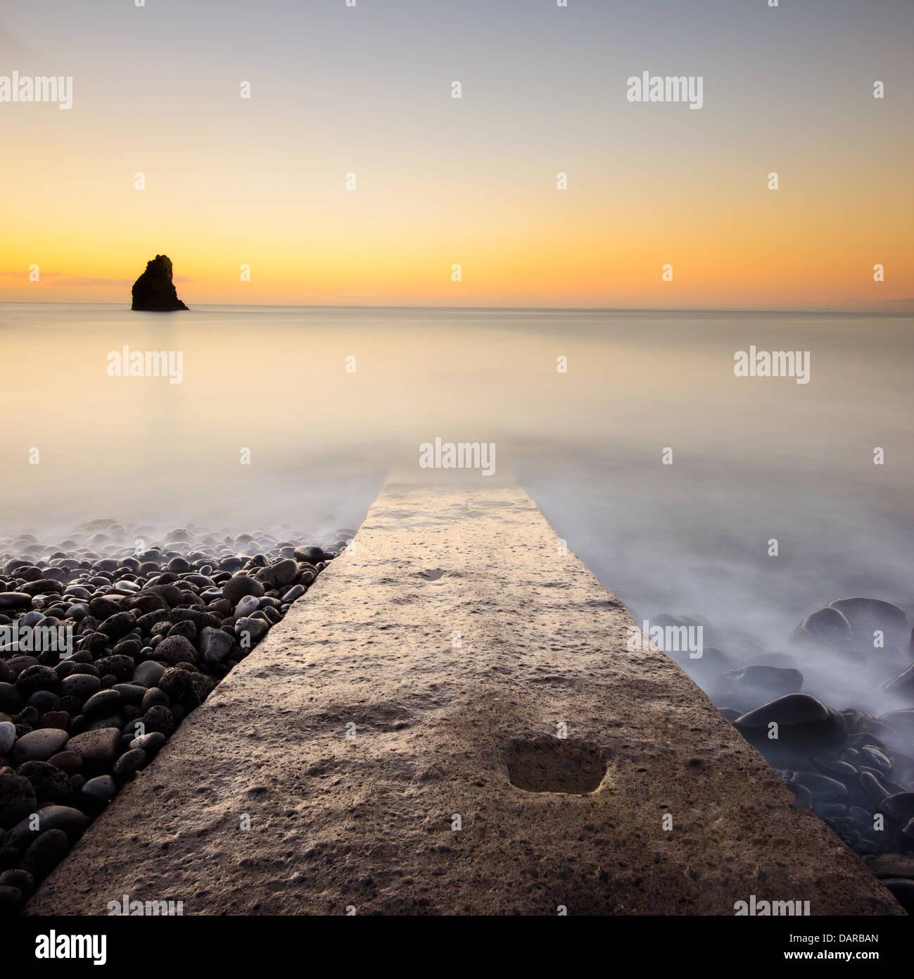 Jetty e nebbioso seascape, Funchal, Madeira, Portogallo Foto Stock
