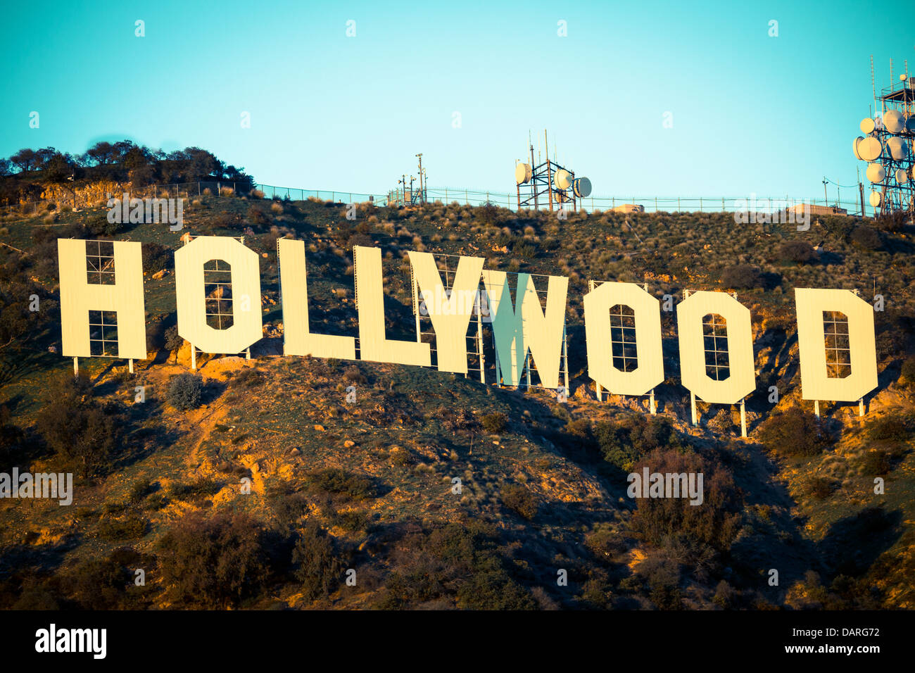 L'iconico Hollywood Sign con un cielo blu sullo sfondo Immagini Stock