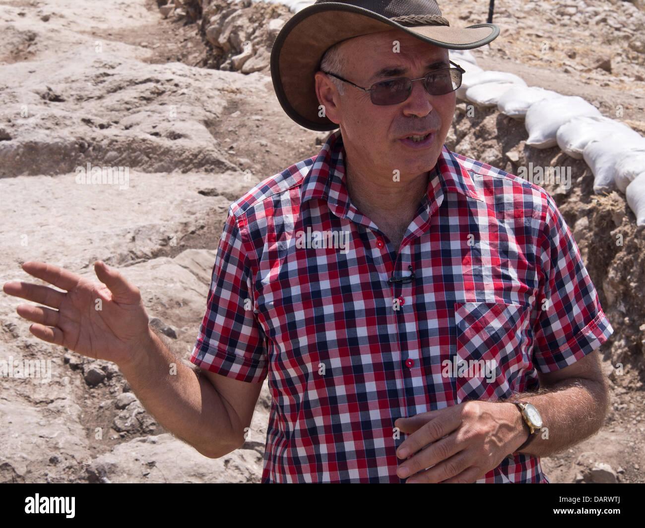 Bet Shemesh, Israele. Il 18 luglio 2013. Università ebraica prof. YOSSI GARFINKEL spiega il significato dei Immagini Stock