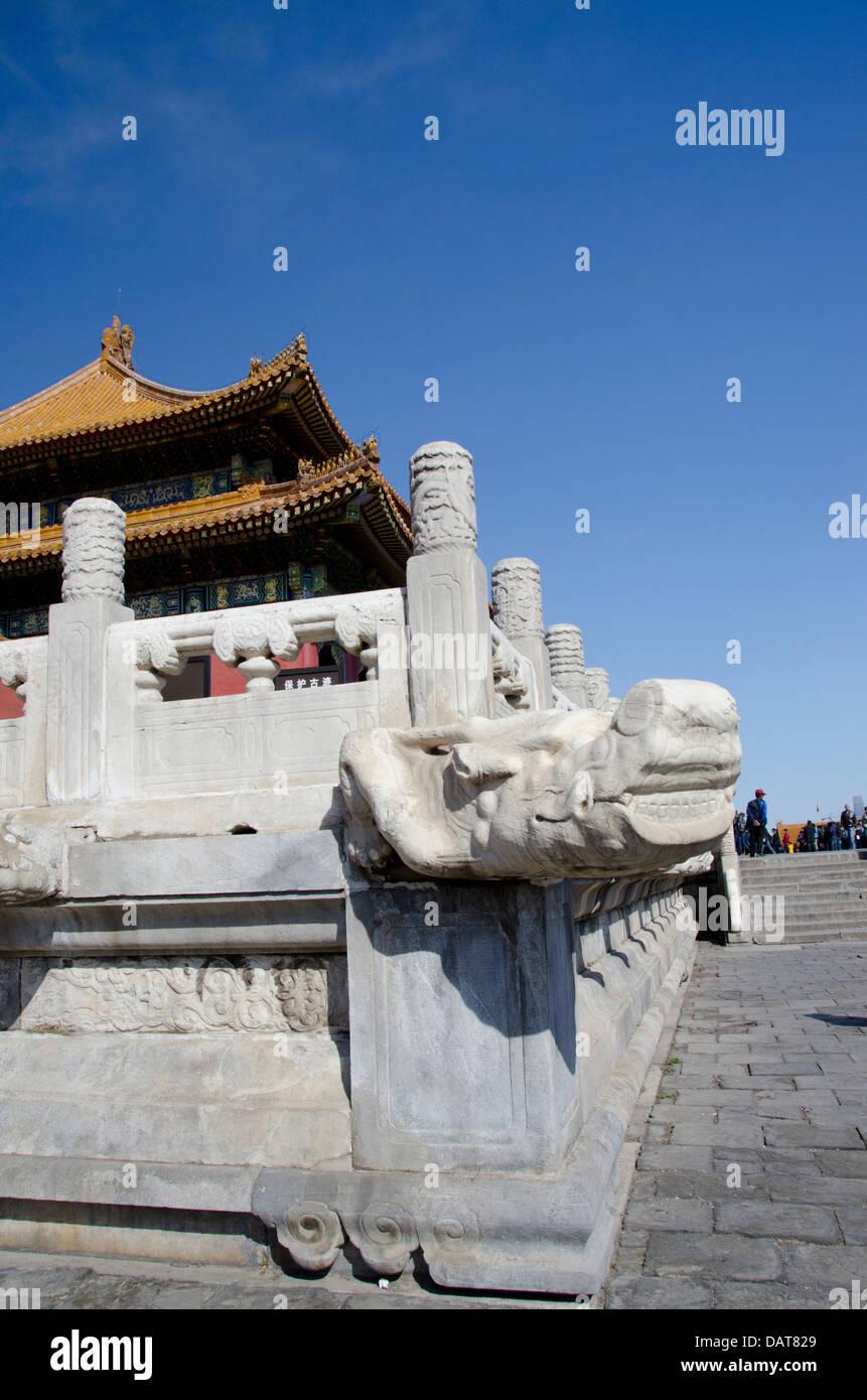 Cina, Pechino, Città Proibita. Palazzo interna parete con mitologica tradizionale pietra intagliata dragon Immagini Stock