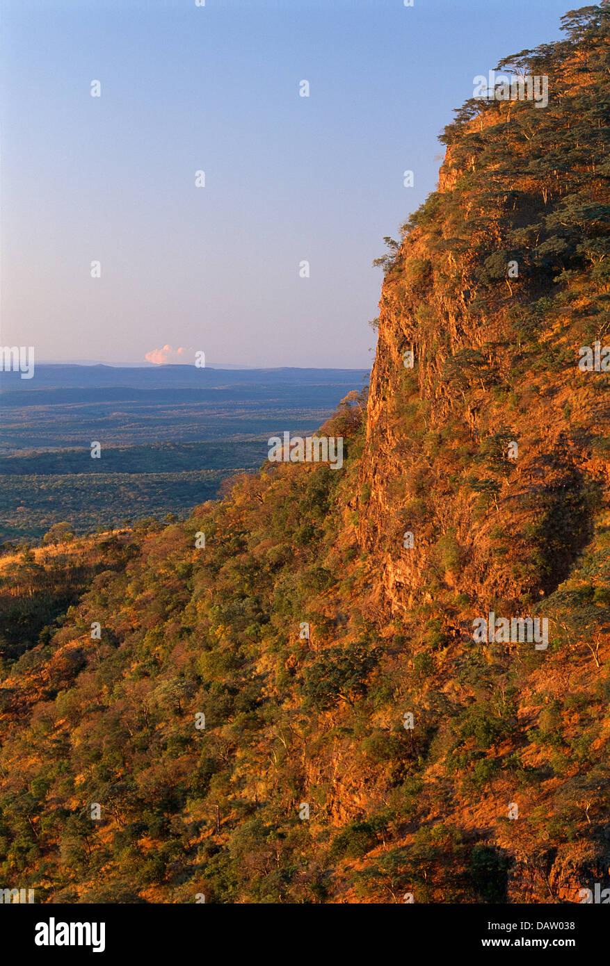 Di blocco verso il basso lo Zambesi valey dalla Chisarira Nat. Parco, Zimbabwe. Immagini Stock