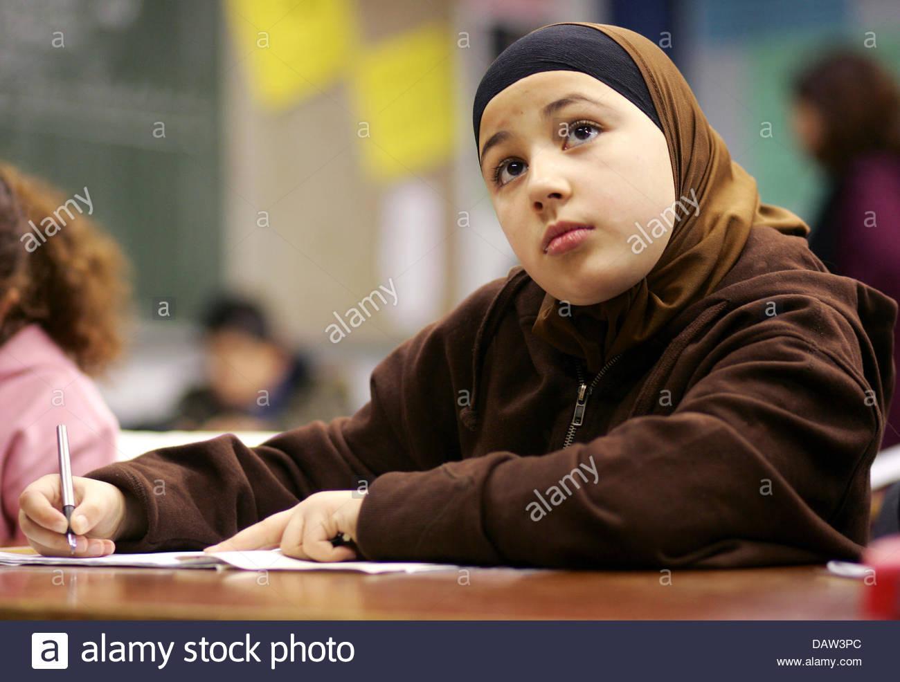 Una femmina di quinto grado allievo musulmano prende parte in una religione islamica lezione all'Freiherr-vom Immagini Stock