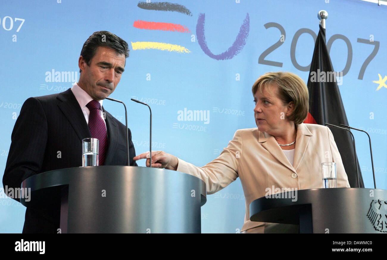 Il cancelliere tedesco Angela Merkel (R) e il Primo Ministro danese Anders Fogh Rasmussen dare una conferenza stampa Immagini Stock