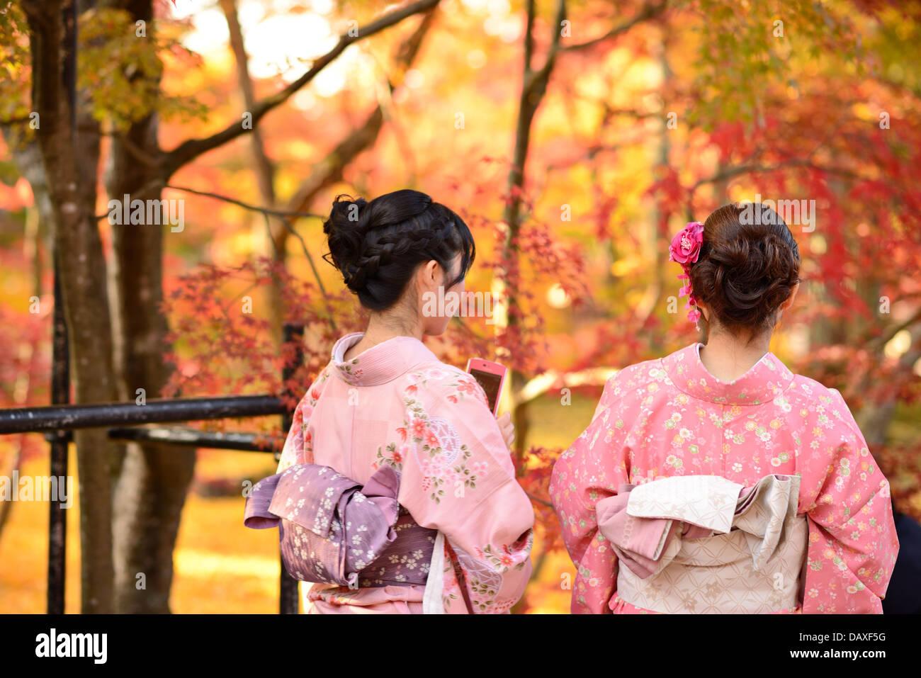 Ragazze vista cadono fogliame in Kyoto, Giappone. Immagini Stock