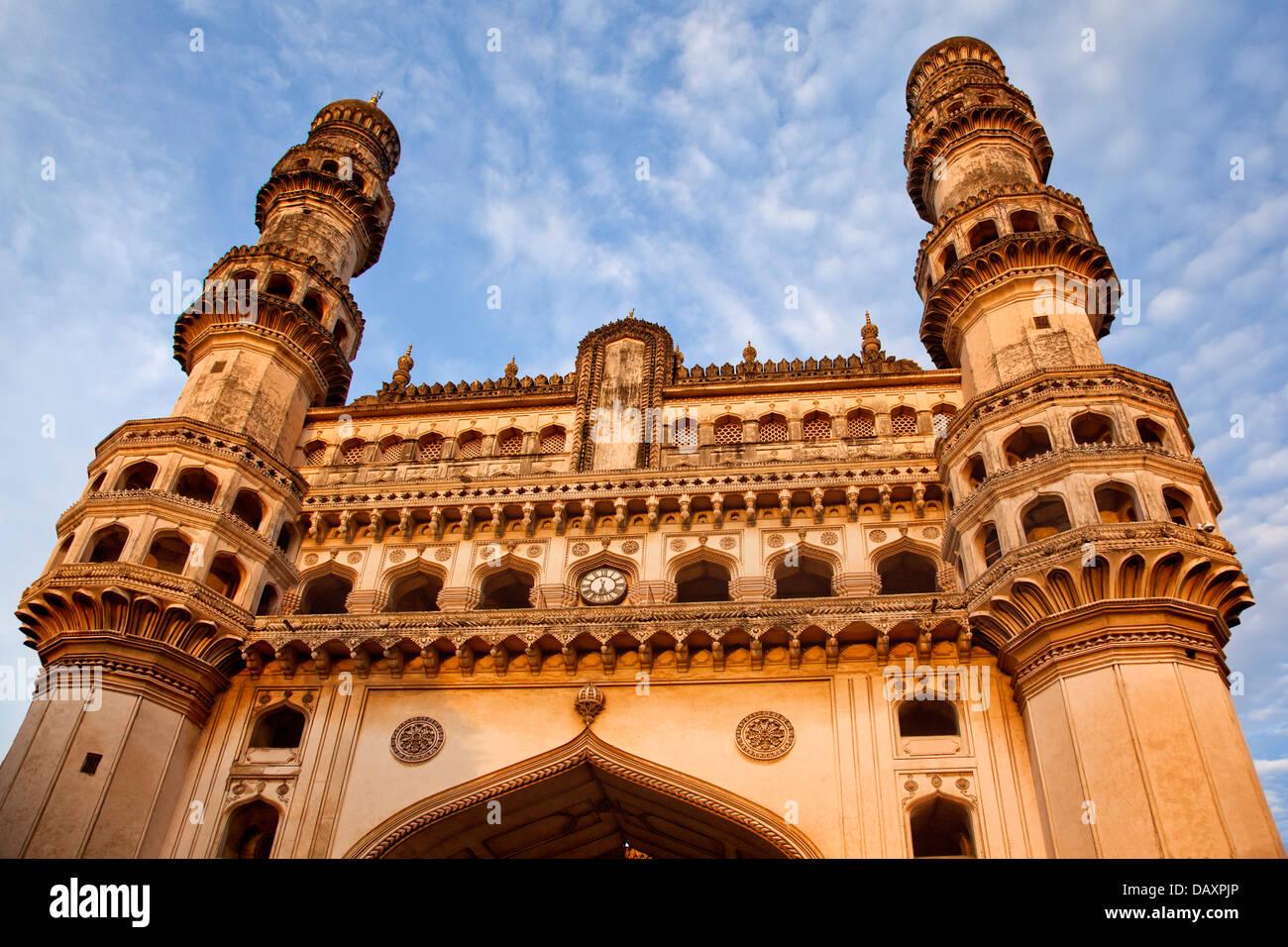 Basso angolo vista di una moschea, Charminar, Hyderabad, Andhra Pradesh, India Immagini Stock