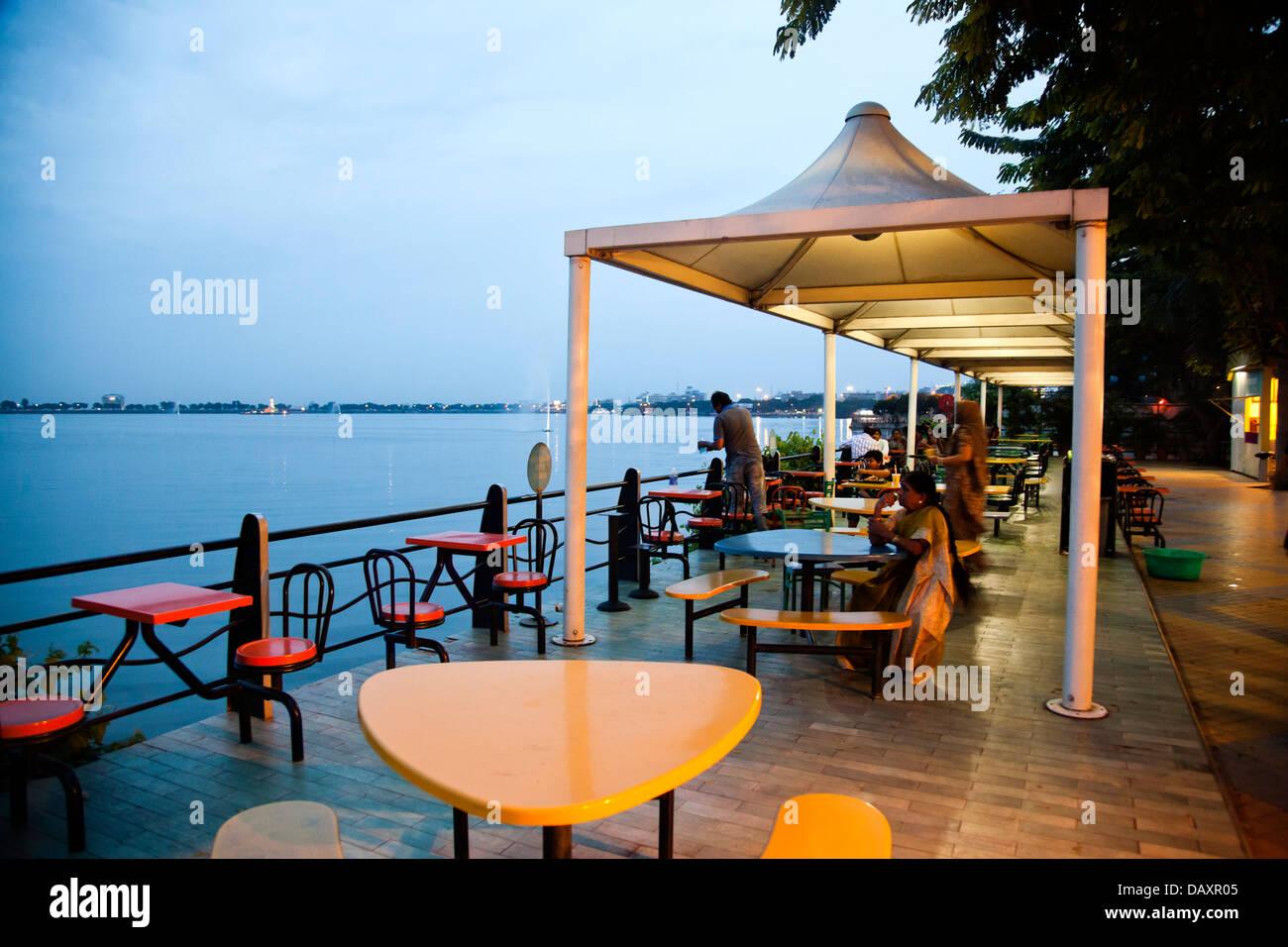 I turisti a Lakeside Restaurant, Mangiare Street, Hyderabad, Andhra Pradesh, India Immagini Stock