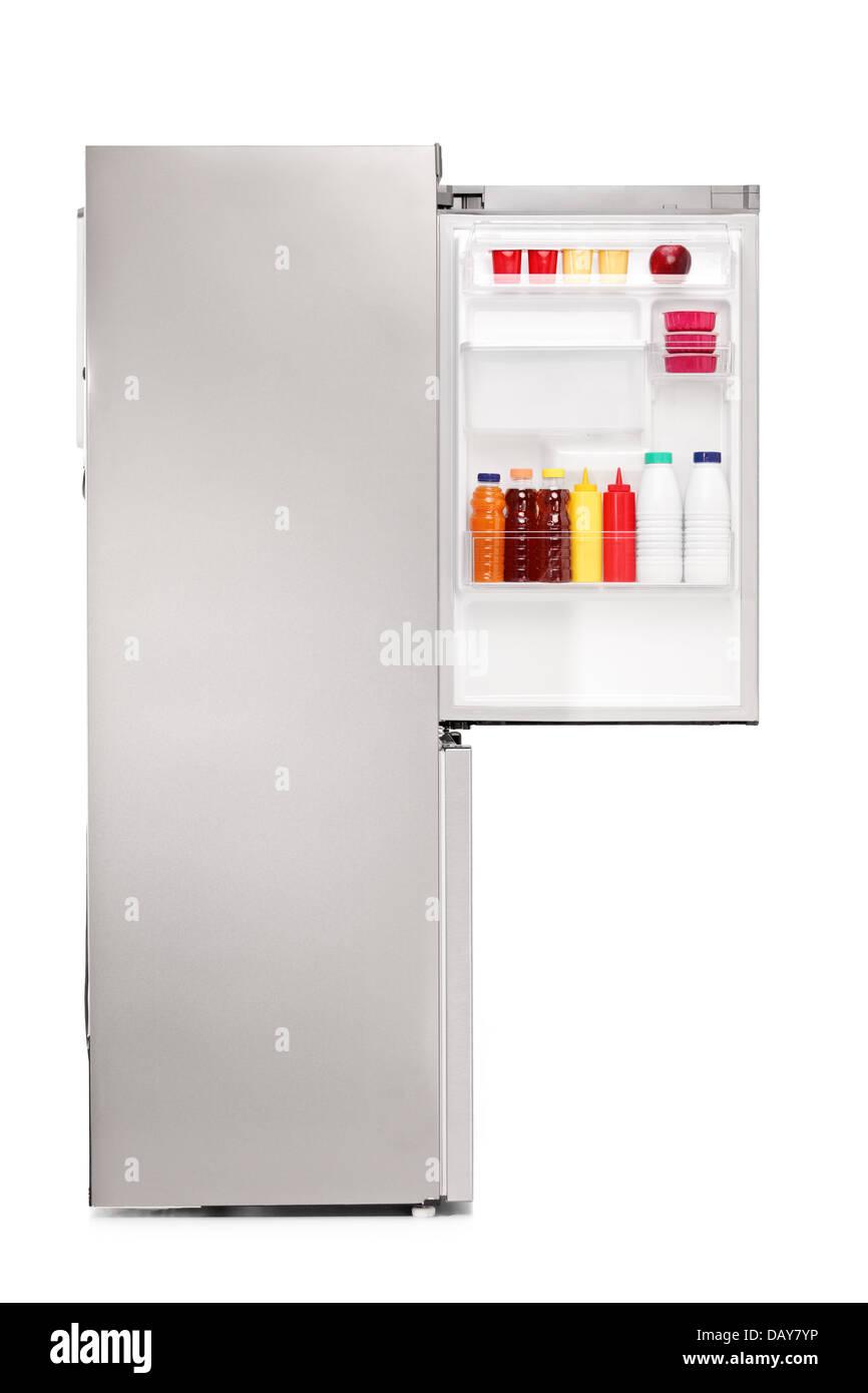 Studio shot di aprire un frigo pieno di prodotti alimentari Immagini Stock