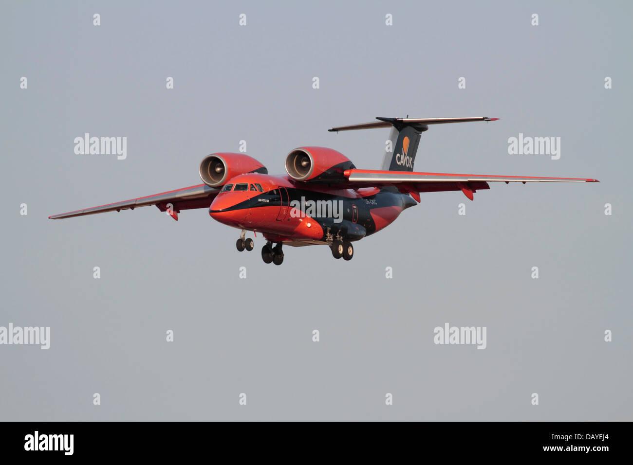 Trasporto aereo di merci. Un Antonov-74 cargo aereo nei colori di operatore ucraino Cavok aria, mostrando il suo Immagini Stock